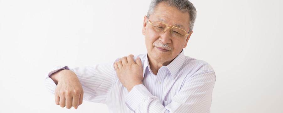 肩が痛い男性